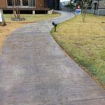 【バリアフリー外構】庭のアプローチはスタンプコンクリート(デザインコンクリート)で施工しました|薪運搬用動線やウッドチップをあきらめた理由についても