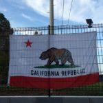 輸入したカリフォルニア州フラッグを庭に設置