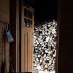 薪棚から玄関ポーチへ薪を移動して薪スト準備完了