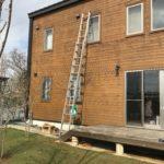 ワンダーデバイス壁面2階窓枠上部をはしごで塗装しました