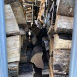 曲者薪は薪棚の隙間にぶち込むと体積ロスが少ない