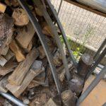 未乾燥薪を区別するため薪棚に簡易仕切りを入れました