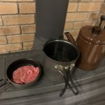 プリムスのライテックトレックケトルパンを使って薪ストーブで焼肉を焼いた